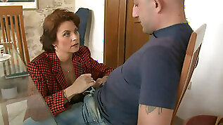 Mature mommy Roberta seduces the guy and sucks dong deepthroat
