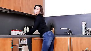 Addicted to sex housewife Jamie Ray is playing with her twat on the kitchen table