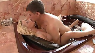 BUBBLE BUTT BLONDE TRYSTIN DOGGY STYLE HUGE COCK IN BUBBLE BATH CREAMPIE