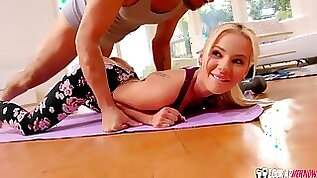 Sporty sex angel Bella Elise Rose bangs with a yoga teacher