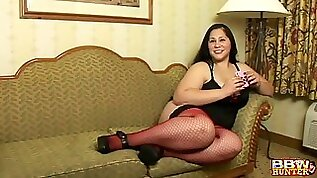 Chubby mature Teedra spreads her legs to be fucked on the bed