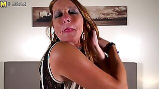 Horny mature mom with hungry cunt